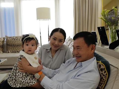 英拉和他信5个月大的外孙女合影,爱不释手喜笑颜开,不停地合影