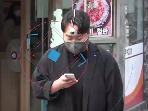 """韩国学生发明""""第三只眼""""保护""""低头族""""安全"""