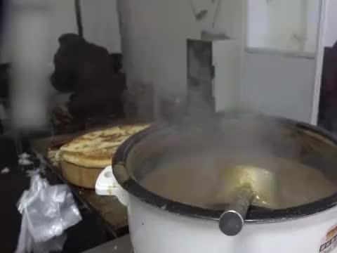 淮阳特色小鱼汤,夫妻俩3小时卖光几大锅, 睡懒觉的别想吃