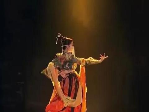 终于火了的哈妮克孜,旗袍惊艳!一举一动皆风情实在令人赏心悦目