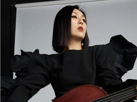 杨千嬅横弹大提琴被香港网民骂 一张外国照片就惹得发帖者爆粗口