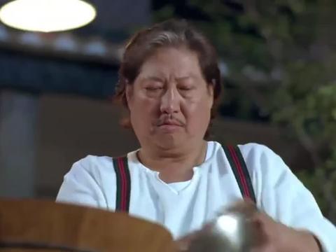 厨师做菜,用手抓盐巴,能接受吗