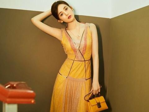 被小陶虹新造型惊艳了,一袭紧身黄裙腰肢纤细,人到中年仍有魅力