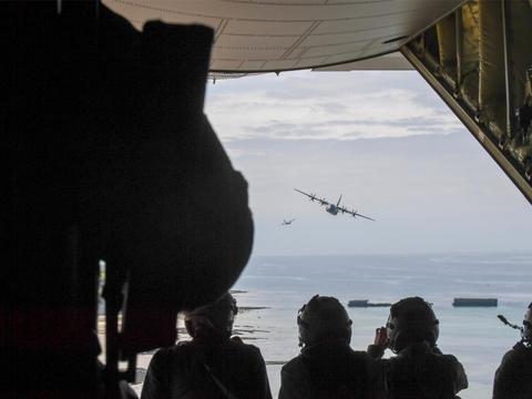 C-130J超级大力士飞机飞过法国诺曼底的桑葚港遗迹