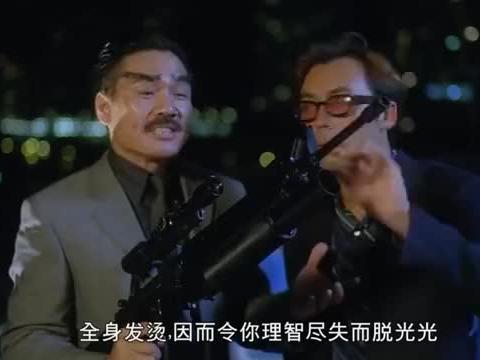 整蛊:整蛊王拿枪瞄准女神,怎料子弹反射回来,搞笑了