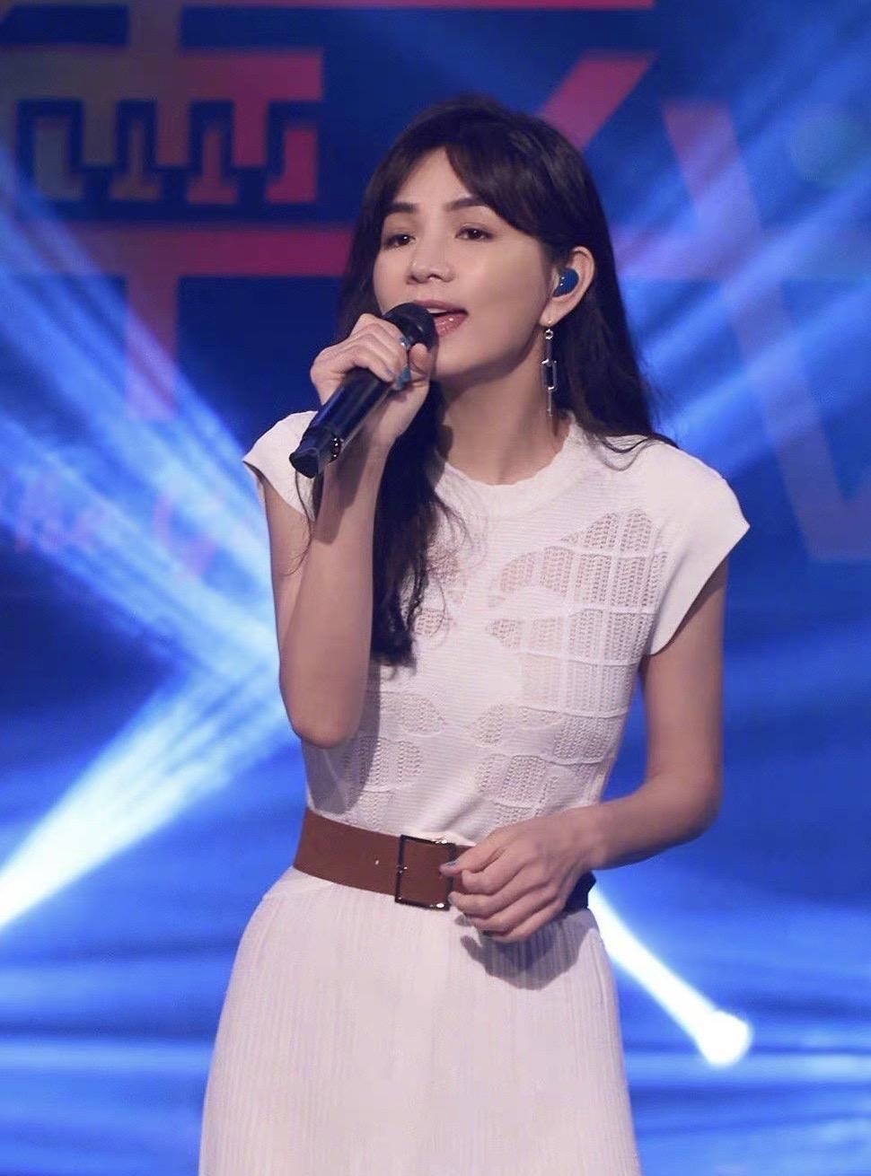 ELLA上某唱歌节目造型,一袭无袖镂空长裙气质出众,腰带显腰身