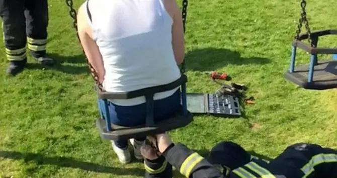 英国消防部门谴责青少年脑残行为,为拍短视频把自己困在婴儿秋千