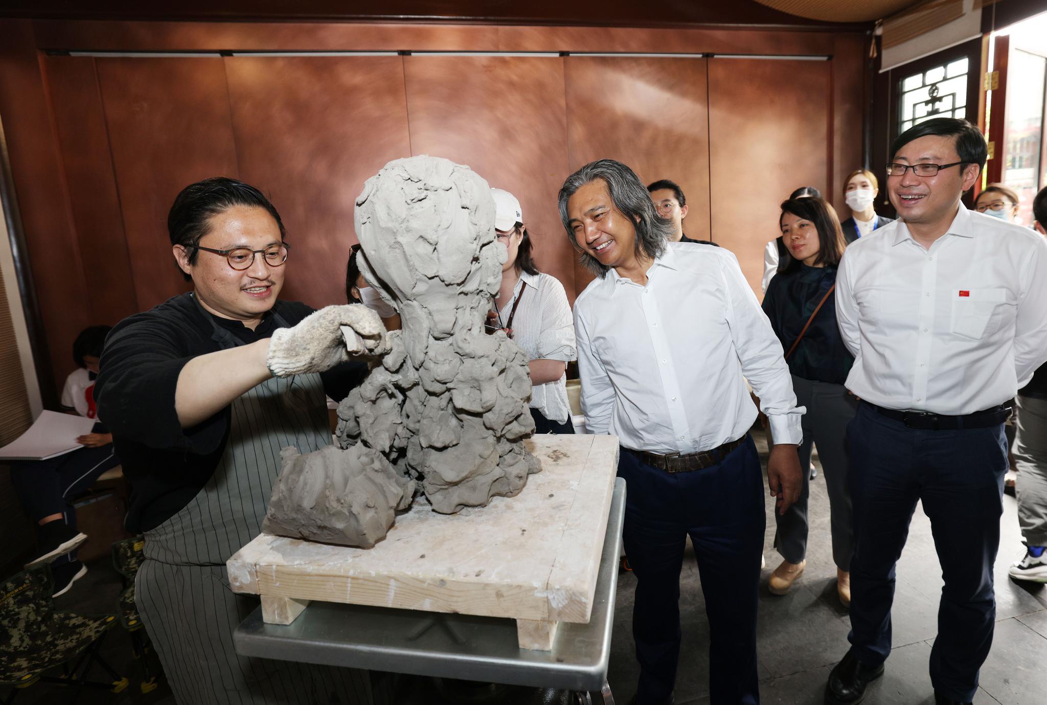 """中国美术馆""""为新时代人物塑像""""走进社区"""