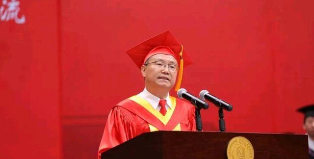 成都大学王清远毕业典礼致辞流入网络后,评论区口水成河