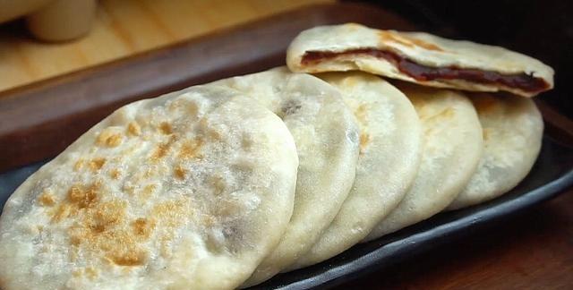山药不要清炒了,加碗面粉,不加一滴水,做成的饼香甜软糯,真香