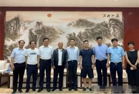 中国乒乓名宿孔令辉,穿短裤凉鞋和领导合影,球迷:不尊重人