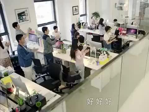媳妇是女王:女记者回到办公室,得知她的文章爆火了,却不开心