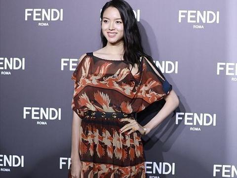 相差5岁的秦海璐和张梓琳,同一条裙子穿出不同风格,身高挺重要