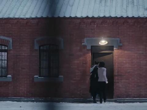 小伙劫狱救女友,结果被两人被锁军械库