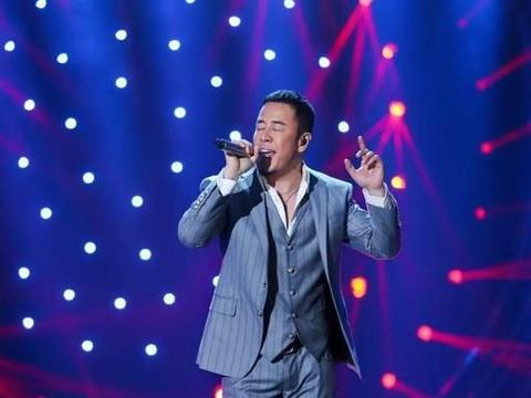 歌手杨坤非常自律,长期坚持健身,不仅唱歌棒,身材更值得一提