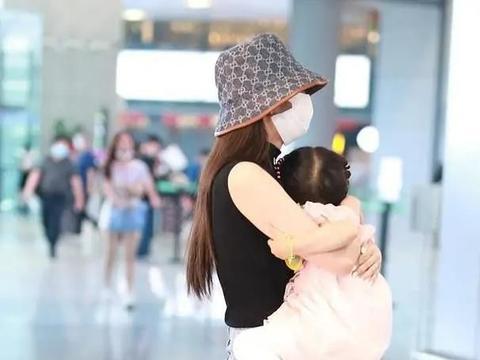 颖儿带娃现身机场,秒变袋鼠妈妈,身材曲线引起网友热议