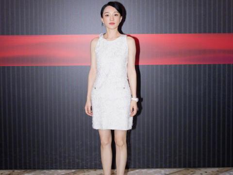 裙子不一定配高跟鞋才好看,看周迅连衣裙配黑色短靴,高级时髦