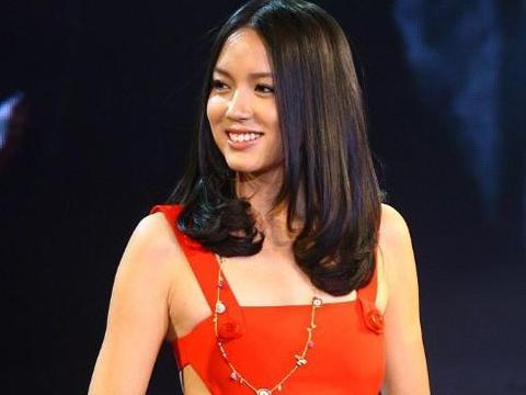 """张梓琳穿""""睡裙""""亮相,表面丝滑又贴身,直接秀出完美的身材比例"""