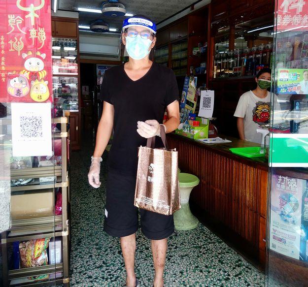 53岁焦恩俊近照,穿着朴素拎塑料袋上街,左脚伤疤太抢镜
