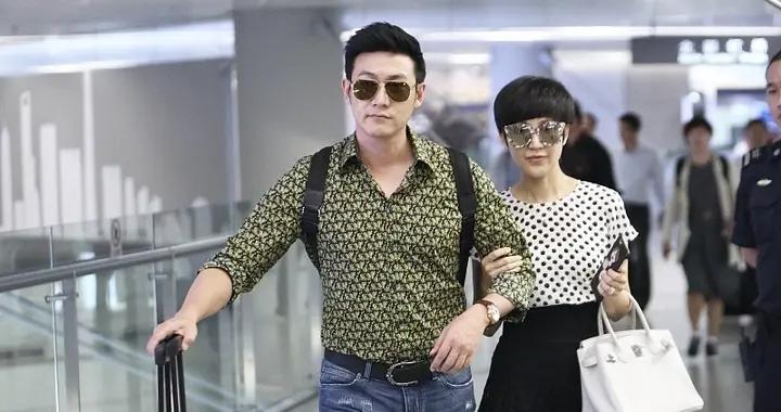 陆毅和娇妻鲍蕾在机场秀恩爱,身穿波点上衣配黑色半身裙,超洋气