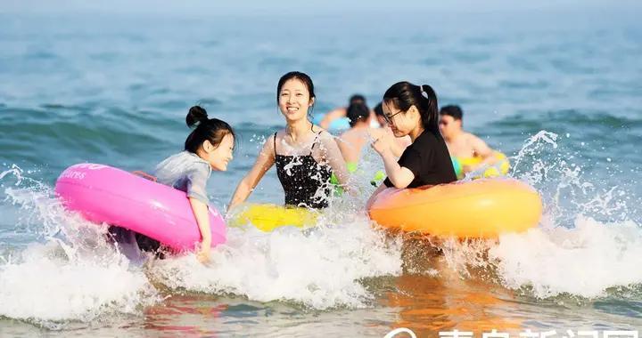 美丽的青岛欢乐的海滨 实拍盛夏金沙滩海水浴场
