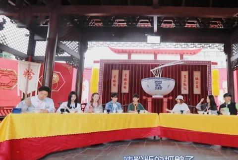 《快乐大本营》魏大勋将米线喷到刘耀文脸上,网友:不愧是养成系