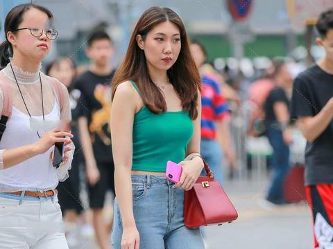 蓝绿色上衣,搭配牛仔裤,诠释可盐可甜的双面休闲穿搭