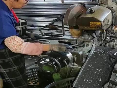 在使用激光切割机的时候,千万要小心,否则的话很容易出事!