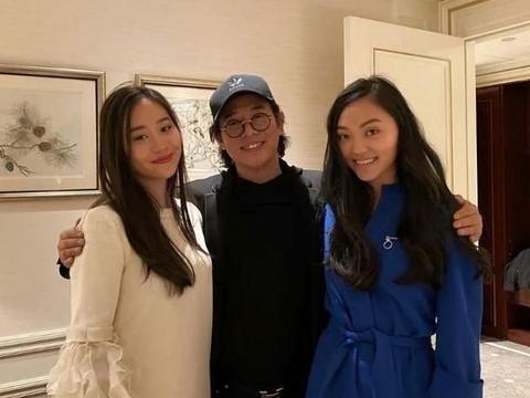 李连杰两个女儿合影,肤色一黑一白,丝毫没有遗传利智的美貌!