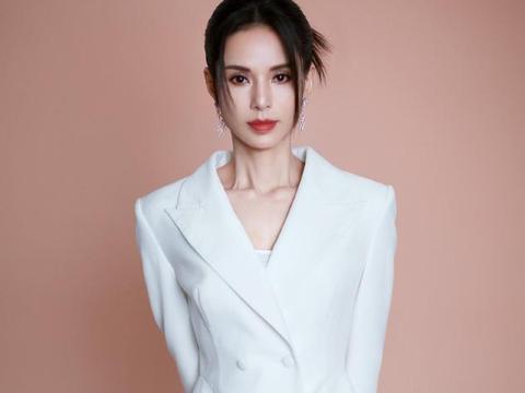 李若彤最新写真,穿黑色长裙优雅妩媚,这才是中年女人该有的样子