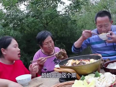 胖妹做牛骨火锅解馋,边吃边聊真是太痛快了