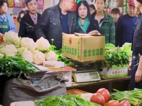 无贼:安娜卖菜耍滑头,一箱西红柿三十斤,光是纸箱子都十三斤了