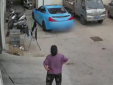 """小伙启动汽车声音太""""炸"""",妈妈抄起拖把上前警告"""
