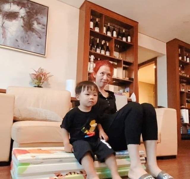 蔡少芬与2岁儿子同框,素颜出镜变化大,豪华客厅曝光一柜酒吸睛