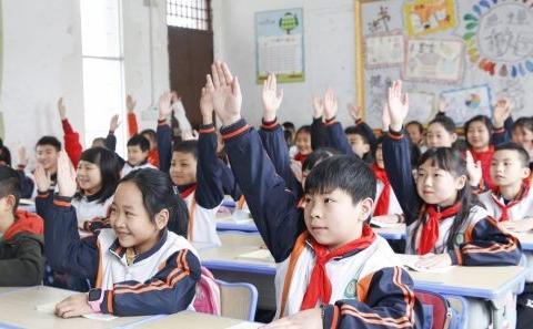 教育部最新通知,中小学生上课时间将延后,家长却开心不起来