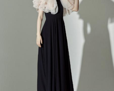 徐璐气质全开,穿粉色连衣裙拍大片,精致的亮钻妆容体现出高级感