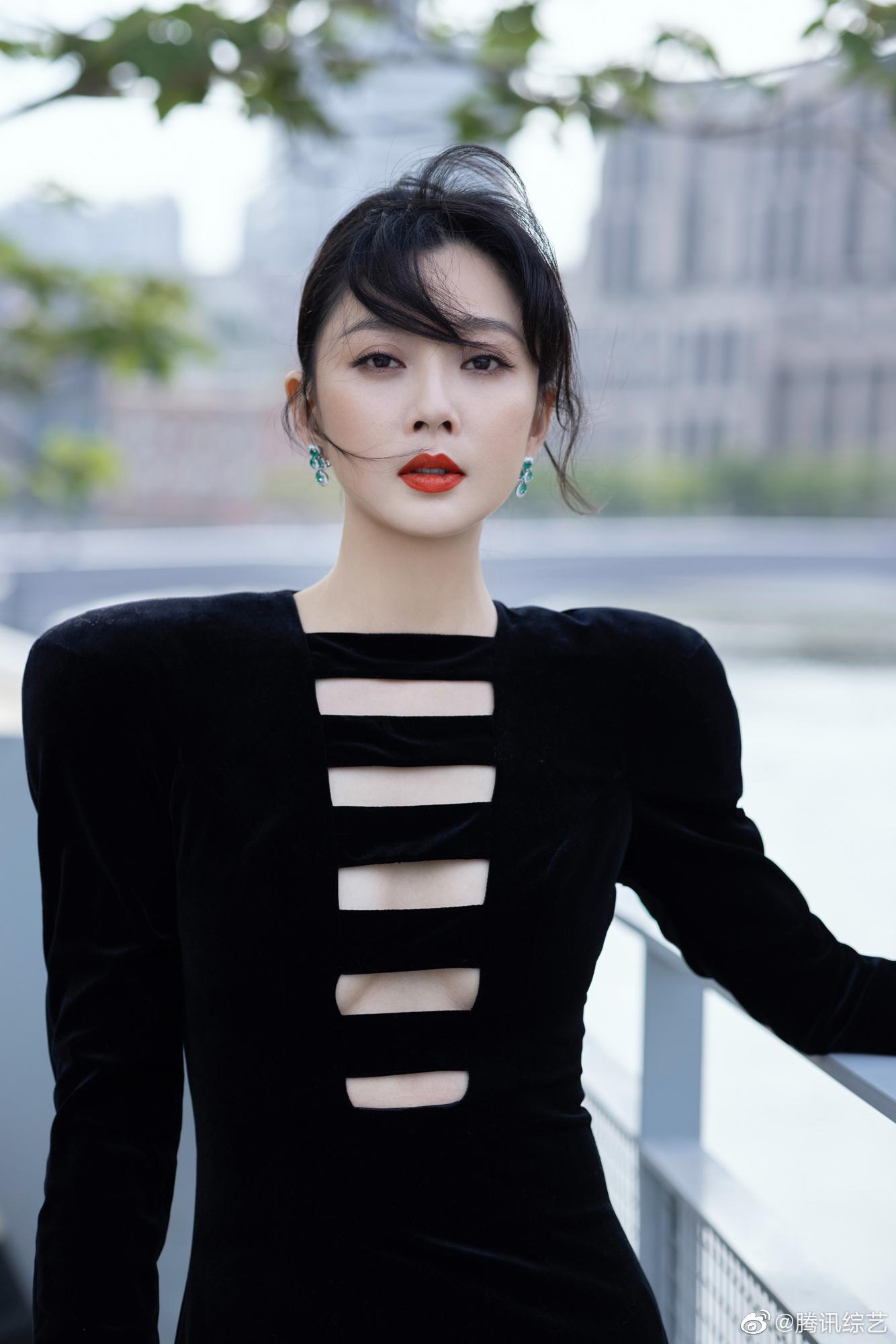 今日@殷桃 亮相上海国际电影节开幕式,黑色丝绒长裙大气优雅……