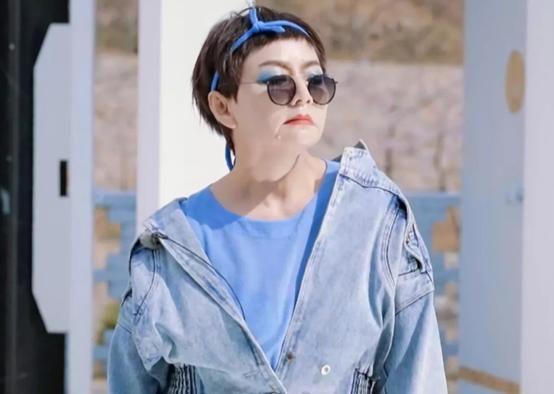 宋丹丹换造型了,节目里挑战蓝色大眼影,穿牛仔褂露长袜变靓妹