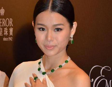 身穿抹胸礼服的胡杏儿,搭配珍贵的翡翠珠宝简直美到不行!