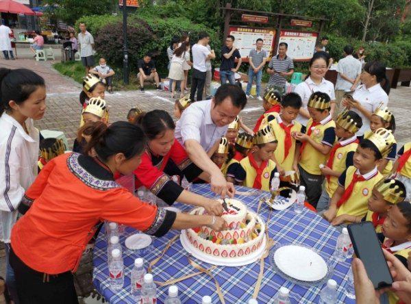 册亨农商银行为留守儿童举办集体生日会