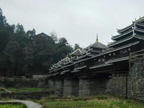 广西一座石墩木结构楼阁式建筑,古桥有2台3墩4孔