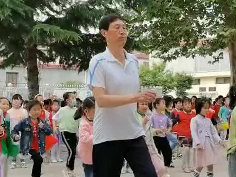乡村小学校长创新大课间,领学生做动感音乐操,学生们兴趣十足!