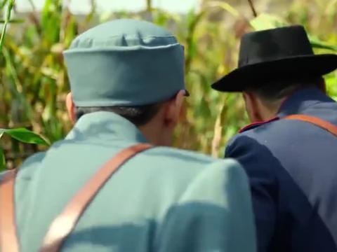 余占鳌为救九儿,带朱豪三穿过苞谷地,直取花脖子所在地