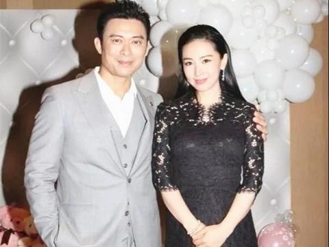 樊少皇爱妻贾晓晨真美,穿黑色蕾丝礼服裙高贵典雅,颜值高身材好