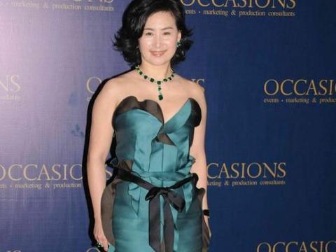 何超琼穿小绿裙撞衫陈慧琳,身材不占优势,豪门气场却从没怕过谁