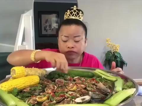 泰国大姐每天过得好开心, 辣蛤蜊吃得有滋有味, 勾起人的食欲了!