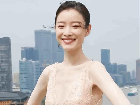 流行内衣外穿?倪妮迪丽热巴穿同类低胸礼服,完美身材显露无疑