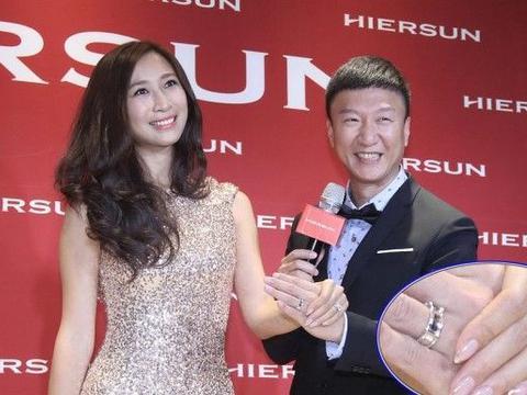 王骏迪身材真好,穿这么闪耀的礼服也不土,怪不得能嫁给孙红雷