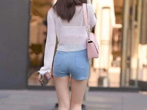 """穿短裤少配短袖,搭配单一有些拉胯,""""撞衫""""就显得尴尬了!"""