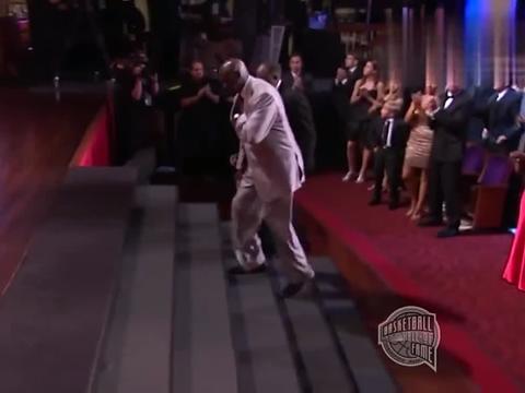 乔丹在名人堂纪念演讲,全场起立鼓掌久久不息,篮球之神感动哭了